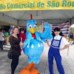 Mariana e a Galinha Pintadinha fazem muitas fotos com os consumidores